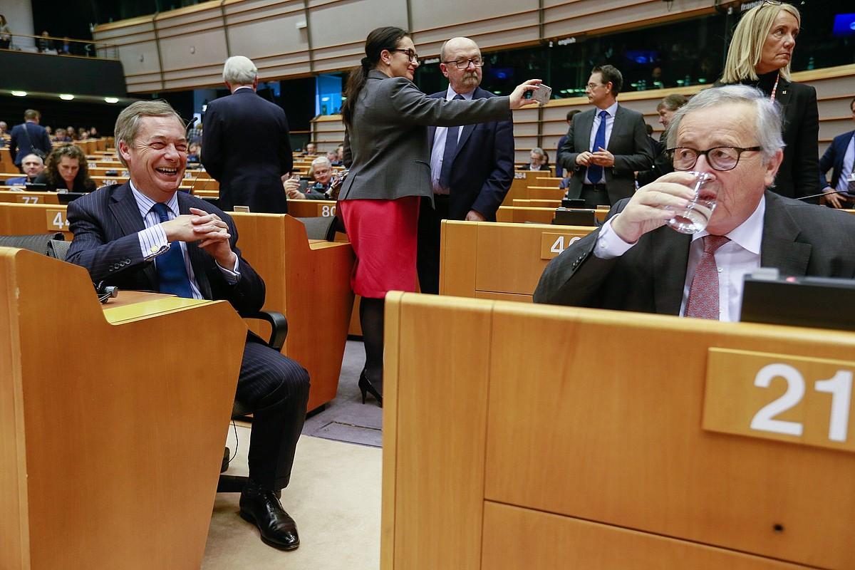 Nigel Farage UKIPeko diputatua eta Jean-Claude Juncker Europako Batzordeko presidentea, joan den urtarrilean, Europako Parlamentuan. ©STEPHANIE LECOCQ / EFE
