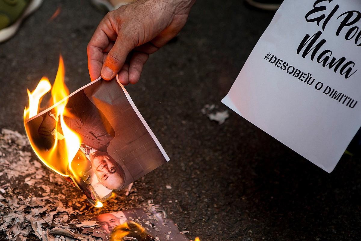 Pablo Llarena Espainiako Auzitegi Goreneko epailearen argazki bat sutan Bartzelonako manifestazio batean, iaz. ©QUIQUE GARCIA / EFE