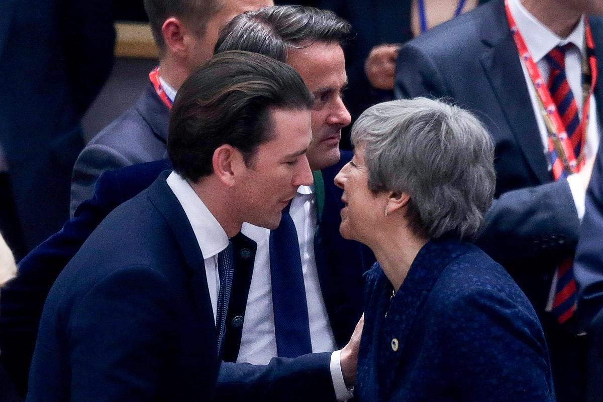 Kurz Austriako kantzilerra eta May Erresuma Batuko lehen ministroa, atzo, elkar agurtzen, Bruselan.