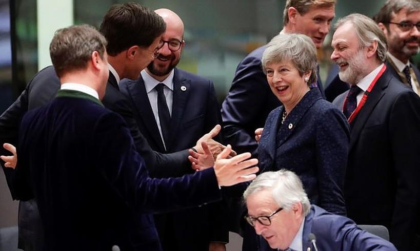 Theresa May Erresuma Batuko lehen ministroa, Xavier Bettel Luxenburgokoa eta Mark Rutte Herbehereetakoa agurtzen, herenegun, Europar Kontseiluaren bileran. ©OLIVIER HOSLET / EFE