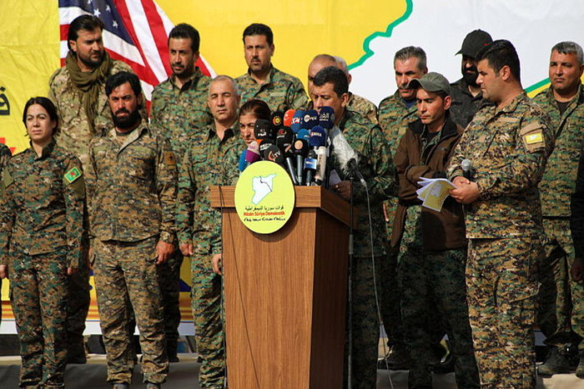SDFren komandante Mazlum Abdi kalifa herriaren amaieraren berri ematen, atzo, Siria ekialdeko Al-Omar petrolio gunean. ©AHMED MARDNLI / EFE