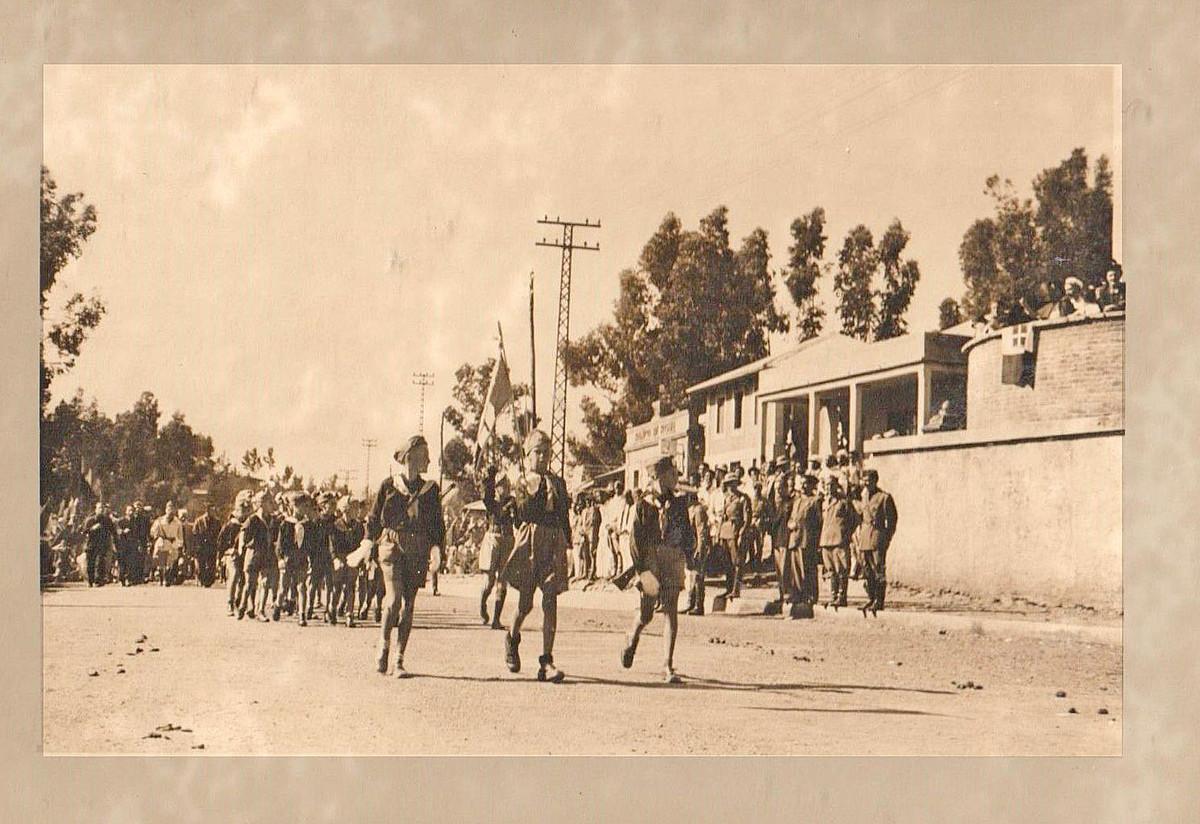 Italiar kolonizatzaileen gorazarrerako desfile bat, Somalian, 1936ko postal batean. ©BERRIA