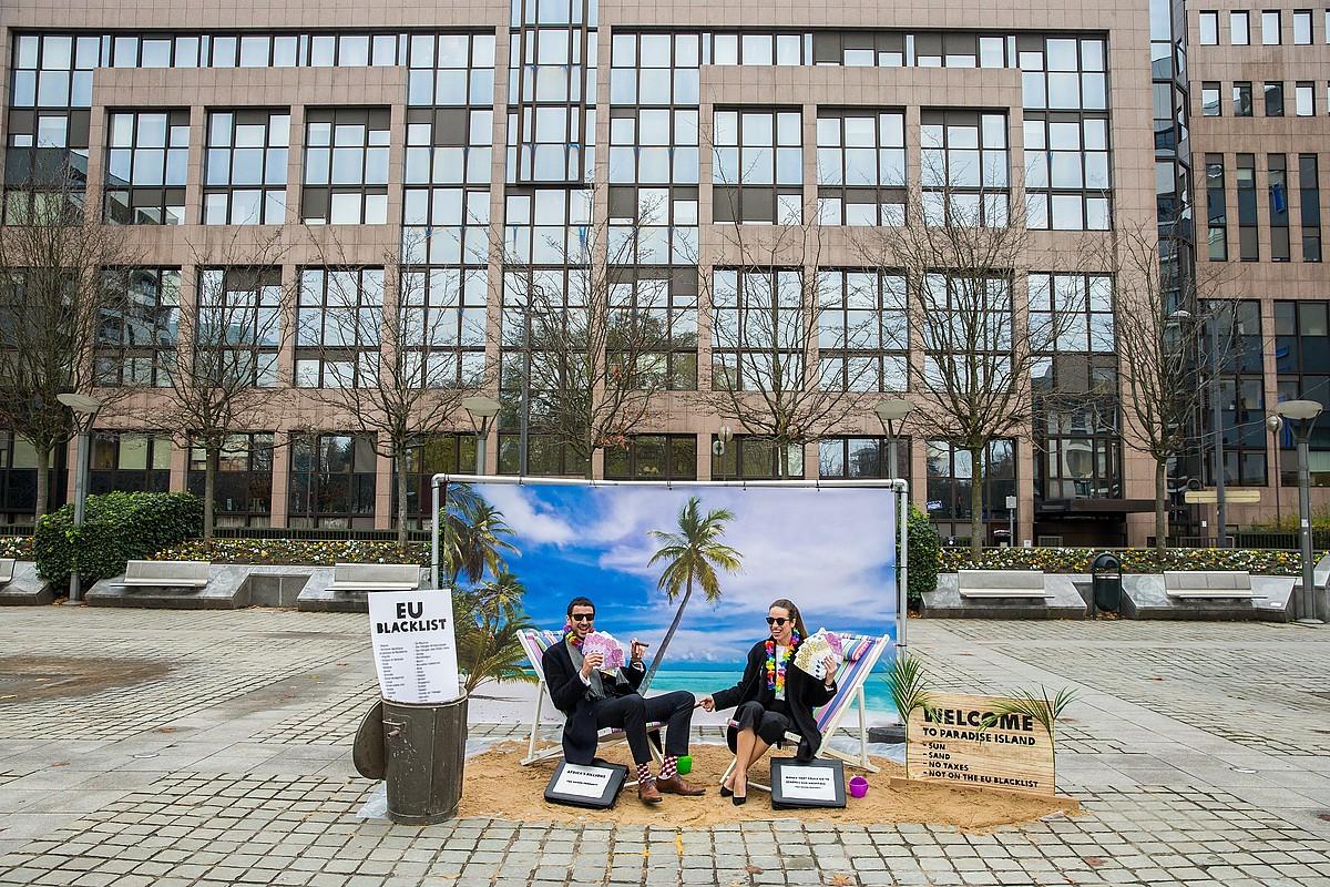Paradisu fiskalen kontrako Oxfamen protesta, Bruselan, 2017ko abenduan. ©STEPHANIE LECOCQ / EFE