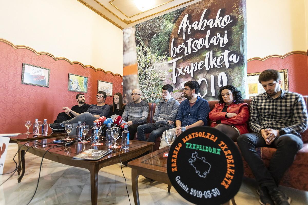 Txapelketako finalistak eta Bertsozale Elkarteko sustapen arduraduna, txapela aurrean dutela. ©ENDIKA PORTILLO / FOKU
