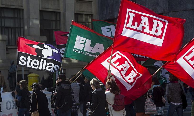 Hiru sindikatu nagusien banderak, mobilizazio batean. ©LUIS JAUREGIALTZO / FOKU
