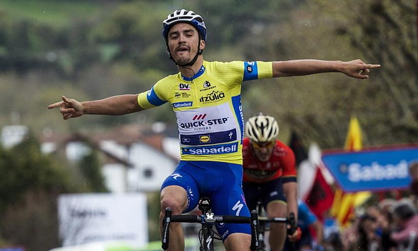 Julian Alaphilippe, iaz, Euskal Herriko Itzuliko Bermeoko etapan lorturiko garaipena ospatzen.