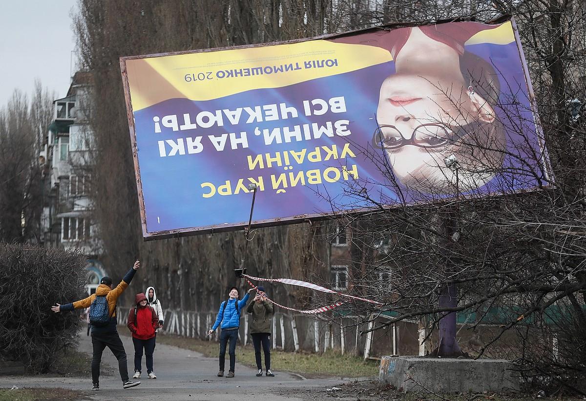 Julia Timoxenko lehen ministro ohi eta presidentetzarako hautagaiaren kanpainako kartel bat erorita, Kieven. ©SERGEY DOLZHENKO / EFE