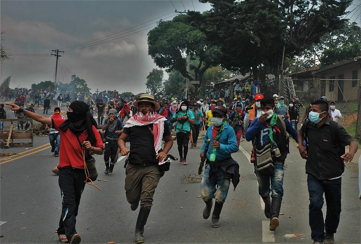 Lehen lerroan protestan diren indigenak, Caucan. ©BERTA CAMPRUBI