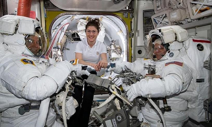 Christina Koch (erdian), Nick Hague eta Anne McClain (eskuinean) astronauta kideei laguntzen, duela astebete. Gaur, Koch ateratzekoa da espaziora, Haguerekin. ©NASA