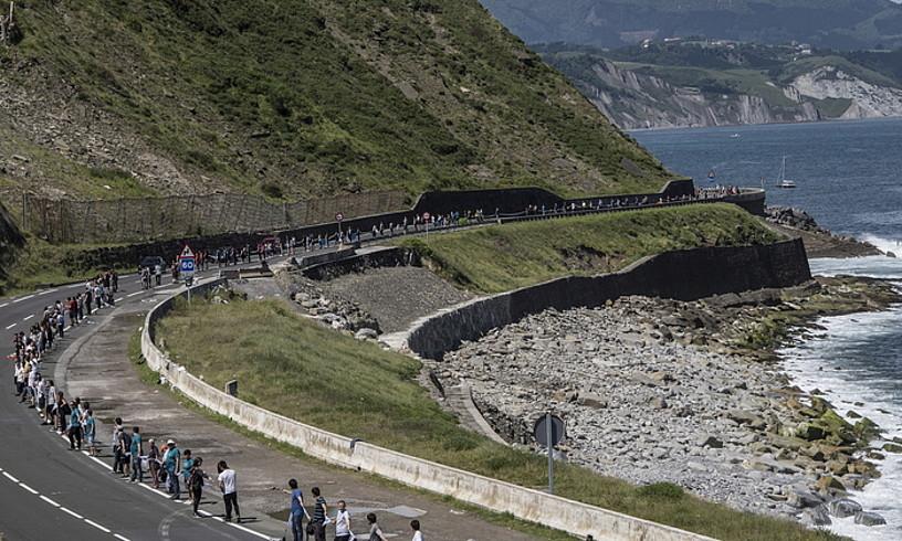 GEDek antolatuta, 175.000 lagun inguruk Donostia, Bilbo eta Gasteiz lotu zituen giza kate bat osatu zuten iazko ekainaren 10ean. ©JAGOBA MANTEROLA / FOKU