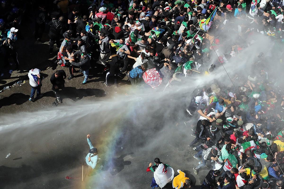 Polizia manifestariei ura jaurtitzen, atzo, Aljer hiriburuan. Orain arte ez da istilu larririk gertatu Aljeriako manifestazioetan. ©MOHAMED MESSARA / EFE