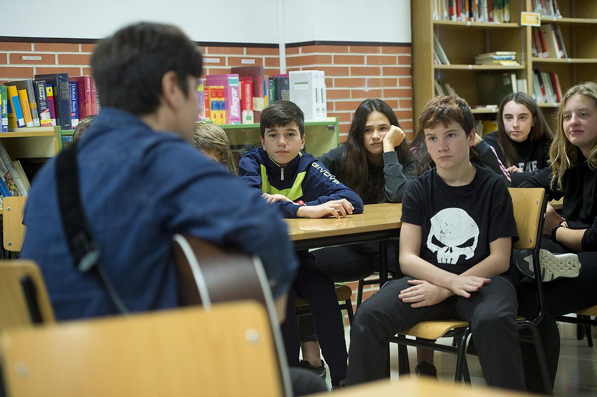 Jon Basaguren ikasleen aurrean, Musikariak Ikastetxeetan programan. ©IÑIGO URIZ / FOKU