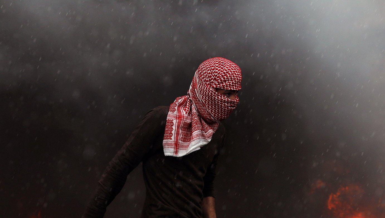 Palestinar bat, atzo, Ramallah hirian. Zisjordanian ere enfrentamenduak izan ziren. ©ALAA BADARNEH / EFE