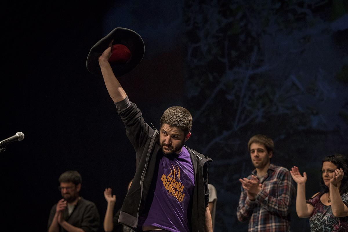 Iñaki Viñaspre, atzo, 2019ko Arabako Bertsolari Txapelketako txapela jantzi eta agur bertsoa bota berritan. ©ENDIKA PORTILLO / FOKU