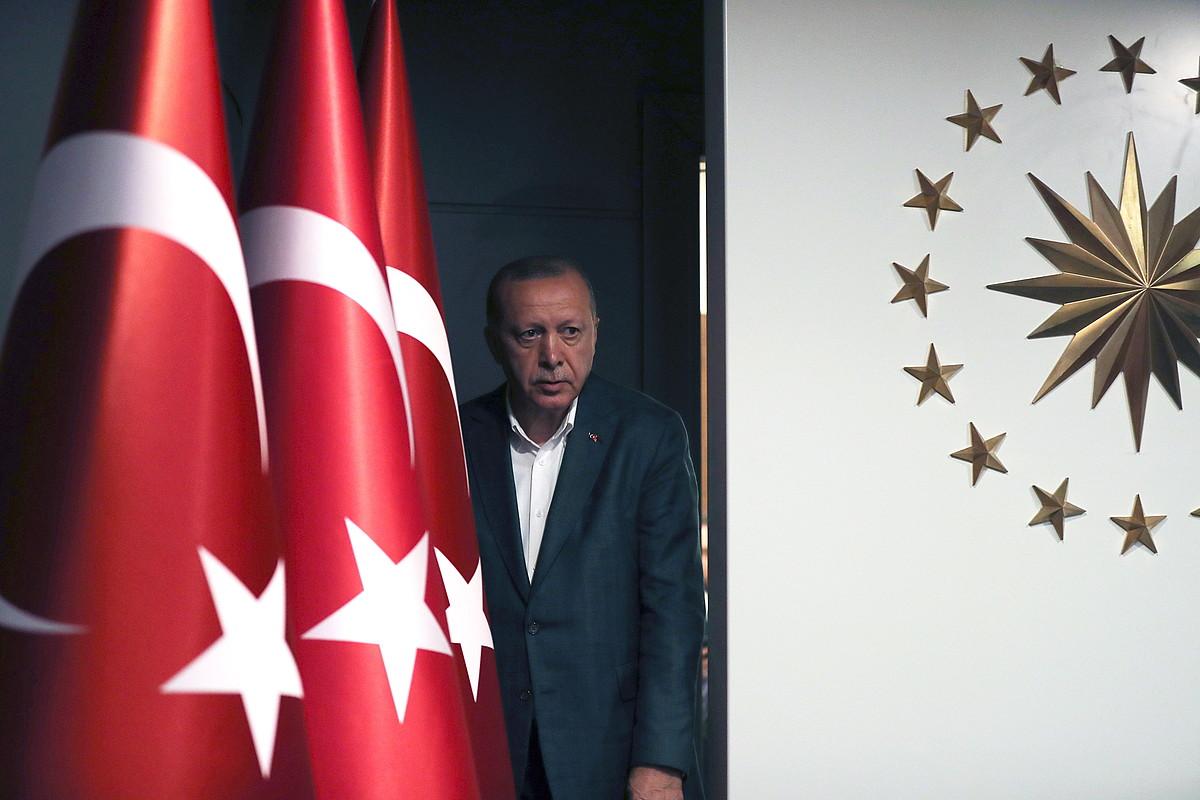 Recep Tayyip Erdogan Turkiako presidentea, herenegun, bozen emaitzen ostean egindako agerraldian, Istanbulen.
