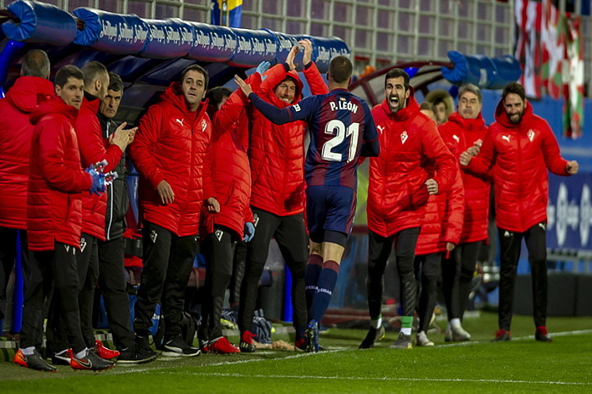 Pedro Leon, aulkian daudenak agurtzen, 2-1ekoa sartu ondoren. ©JAIZKI FONTANEDA / FOKU