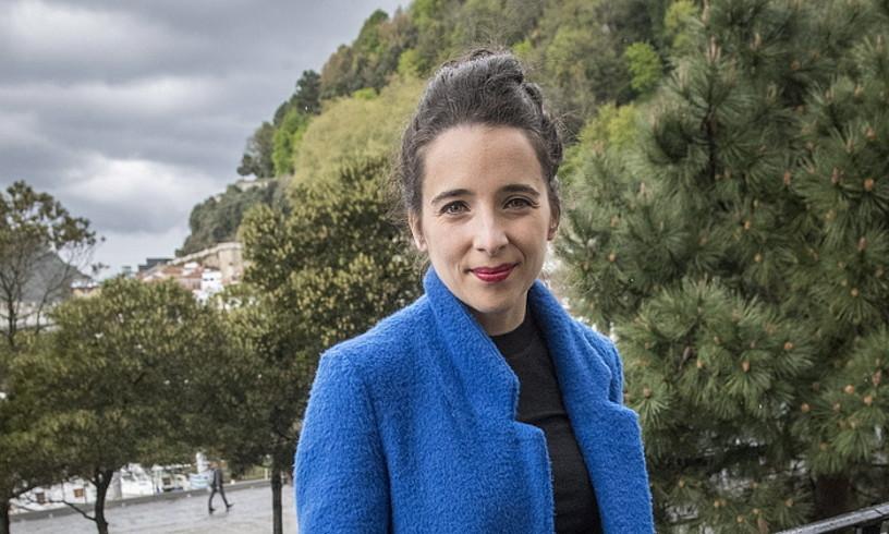 Miren Amuriza bertsolari eta idazlea, atzo, Donostian, liburu kaleratu berria eskuetan hartuta. ©GORKA RUBIO / FOKU