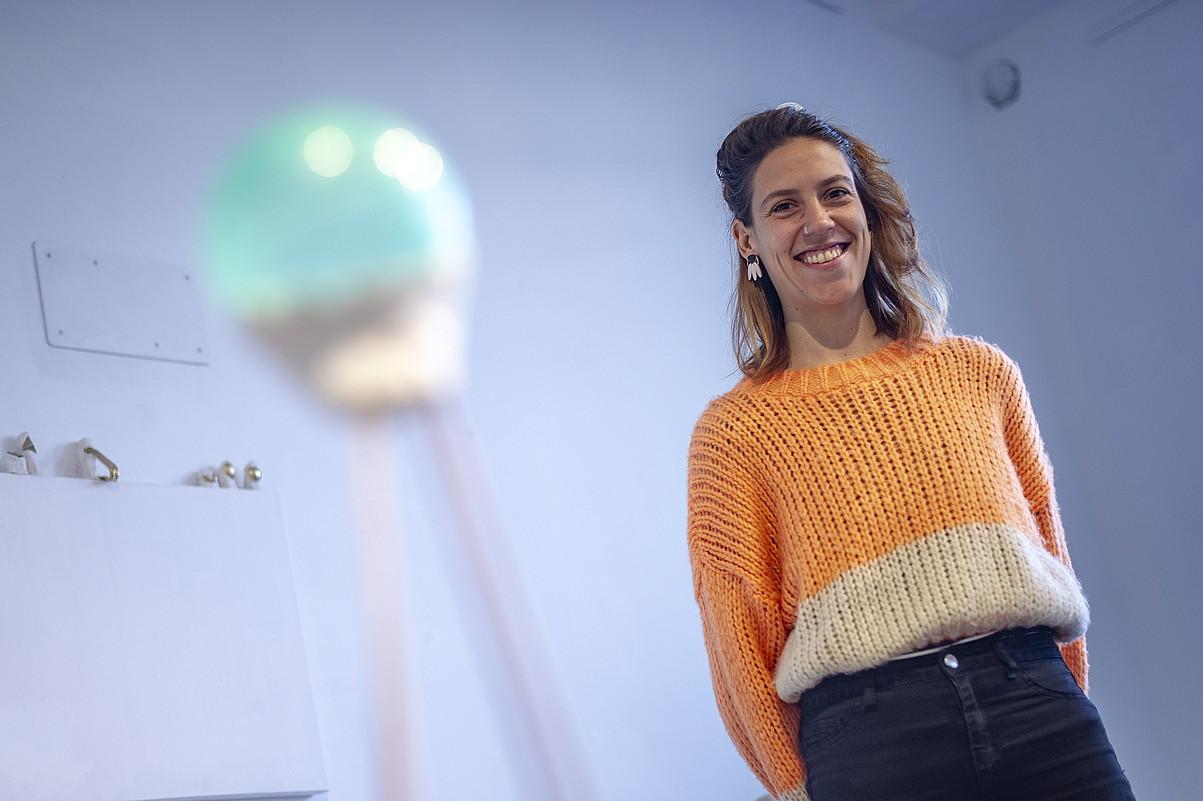 Marina Suarez Ortiz de Zarate, ARTgia aretoan jarri duen erakusketako pieza baten ondoan. ©JAIZKI FONTANEDA / FOKU
