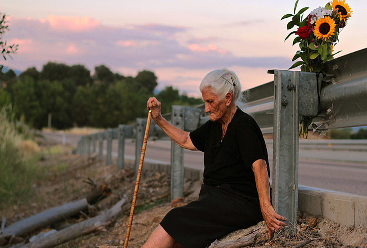 Maria Martin, amaren hobiaren alboan, <em>El silencio de otros</em> dokumentaleko fotograma batean.