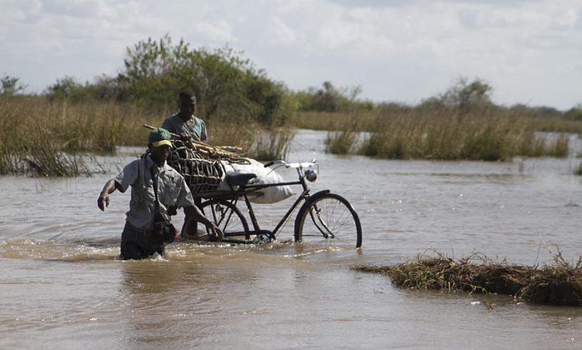 <em>Idai</em> zikloiaren ondorioz Pungwe ibaiak gainezka egin du, eta lurrak suntsitu ditu. ©ARGAZKIAK: OSKAR EPELDE