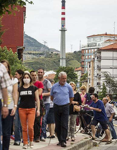 Herritar talde bat Muskizen, Petronorren koke plantaren aurkako protesta batean. ©ARITZ LOIOLA / FOKU