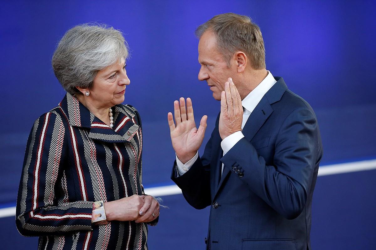 Theresa May eta Donald Tusk hitz egiten, joan den urriaren 18an, Bruselan. ©JULIEN WARNAND / EFE