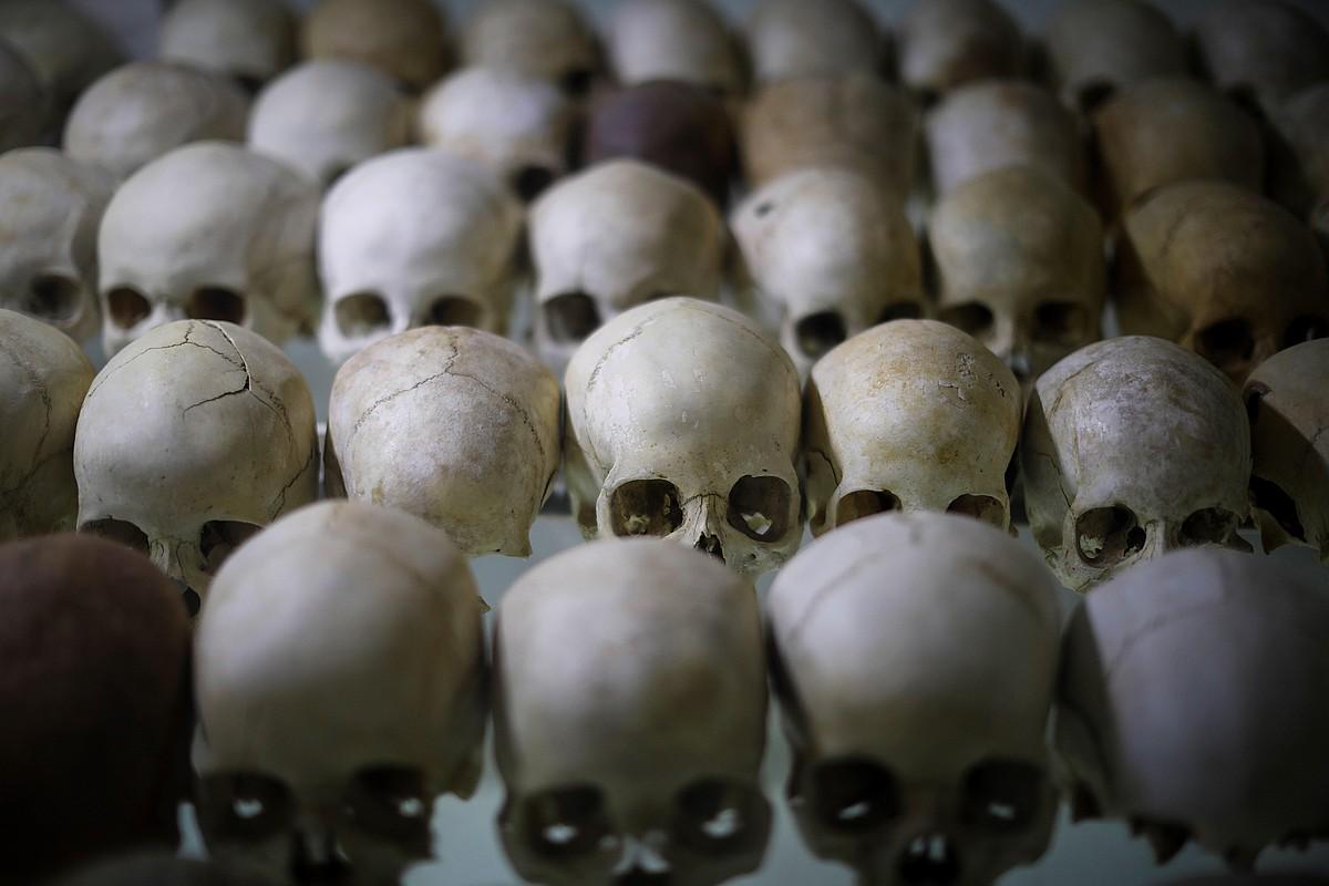 Kigaliko Ntarama elizan genozidioan hildako dozenaka lagunen garezurrak daude. ©DAI KUROKAWA / EFE
