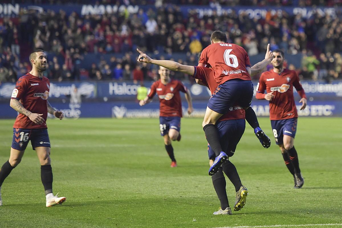 Osasunako jokalariak, Rayo Majadahondari sartutako hiru goletako bat ospatzen. ©IDOIA ZABALETA / FOKU