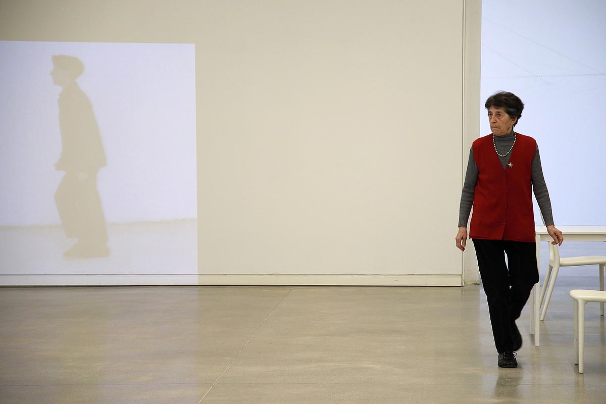 Esther Ferrer artista, atzo, Donostiako Tabakeleran, <i>Espazio bat zeharkatzeko da</i> bideo lana atzean duela. ©MAIALEN ANDRES / FOKU