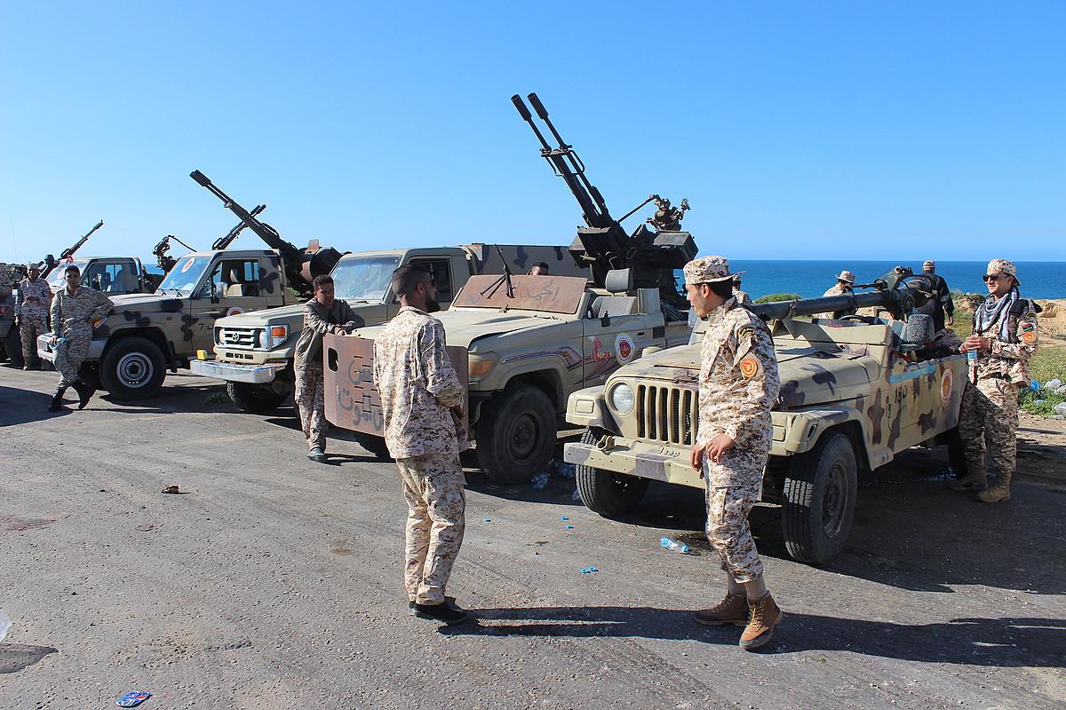 Misrata hiriko miliziek Tripoli babestea dute asmo. Argazkian, milizianoak, atzo, Tripoli inguruan posizioak hartzen. ©EFE