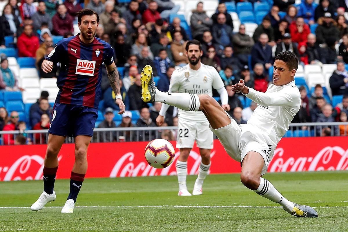 Raphael Varane Real Madrilekoa eta Sergi Enrich Eibarrekoa, lehian, atzoko partidan. ©CARLOS HIDALGO /EFE