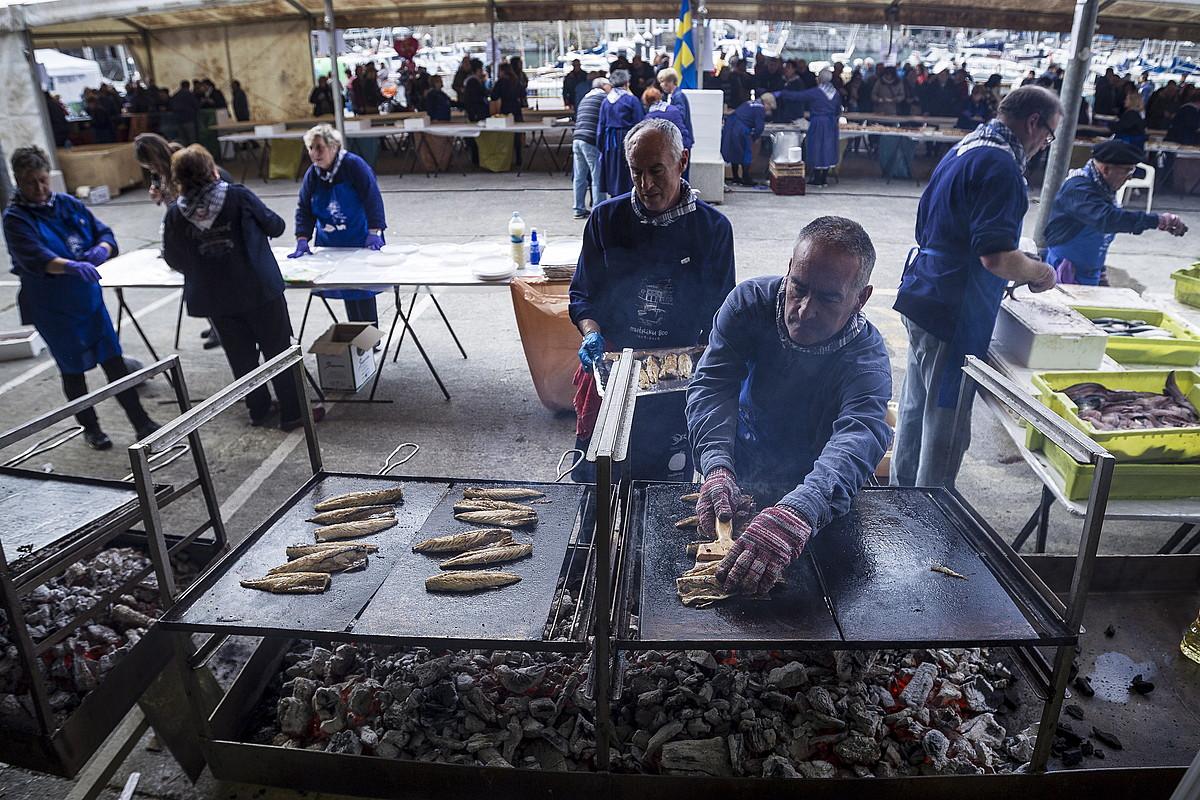 Tona eta erdi arrain prestatu eta banatu zituzten atzo, Mutrikuko Berdel Egunean. ©ARITZ LOIOLA / FOKU