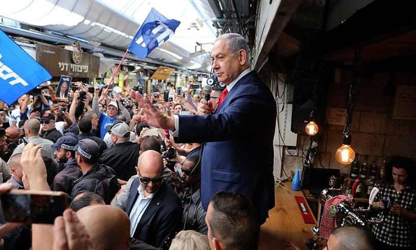 Benjamin Netanyahu Likud alderdiaren presidentetzarako hauteskundeen hautagaia, herritarrei hizketan, atzo, Jerusalemgo azoka batean. ©ABIR SULTAN / EFE