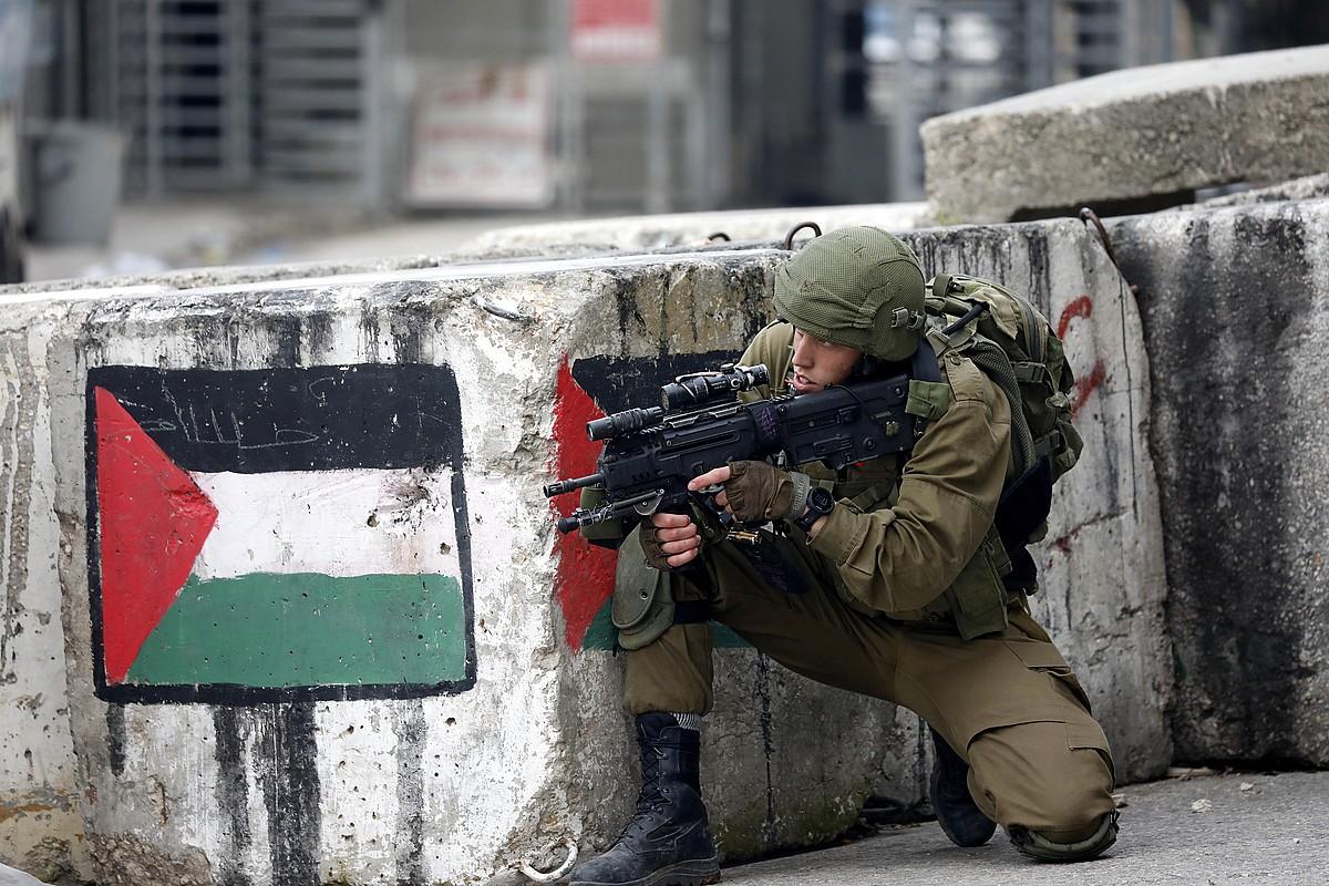 Israelgo soldadu bat Zisjordaniako Hebron hirian, iragan hilean, palestinarren protesta batean. ©ABED AL HASHLAMOUN / EFE
