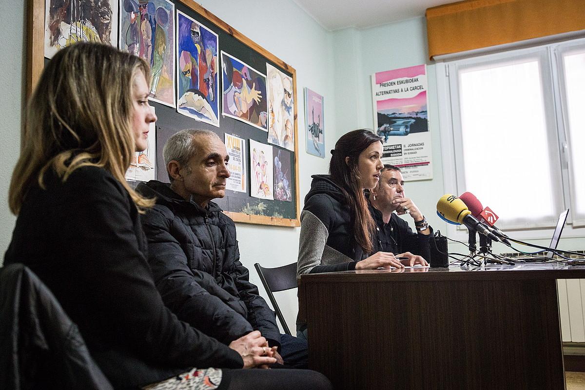 Zendutako gaztearen izeba eta aita, Salhaketak atzo eman zuen prentsaurrekoan. ©ENDIKA PORTILLO / FOKU