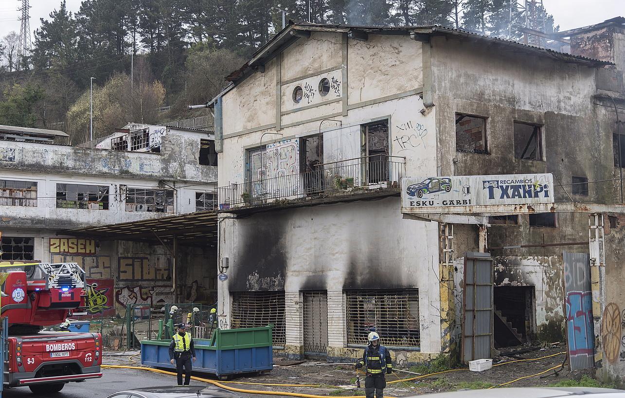 Suhiltzaileak lanean, joan den martxoaren 1ean, suak erretako eraikinean. ©ANDONI CANELLADA / FOKU