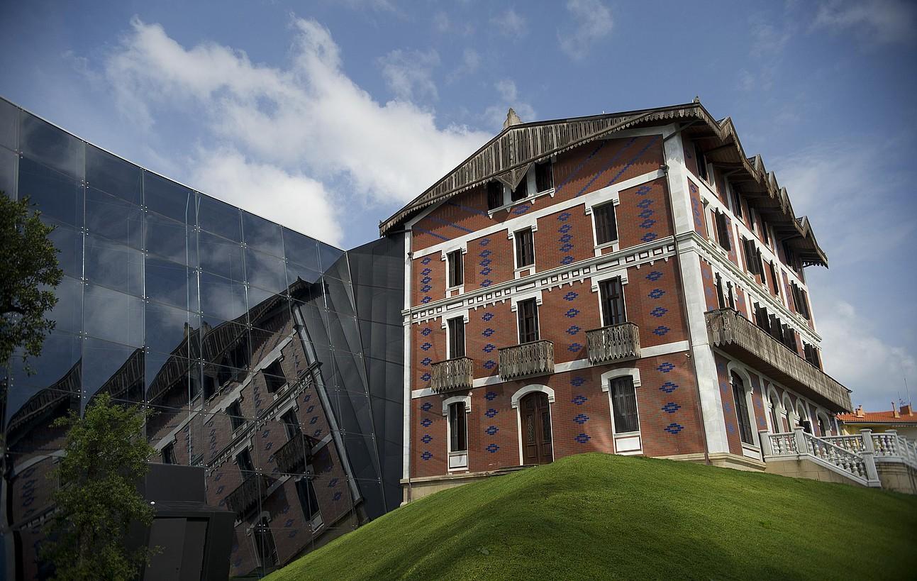 Balentziaga Museoa 2011ko ekainaren 7an inauguratu zuten, Getarian. Inauguratu eta hiru astera egina da argazkia. ©BALENTZIAGA MUSEOA