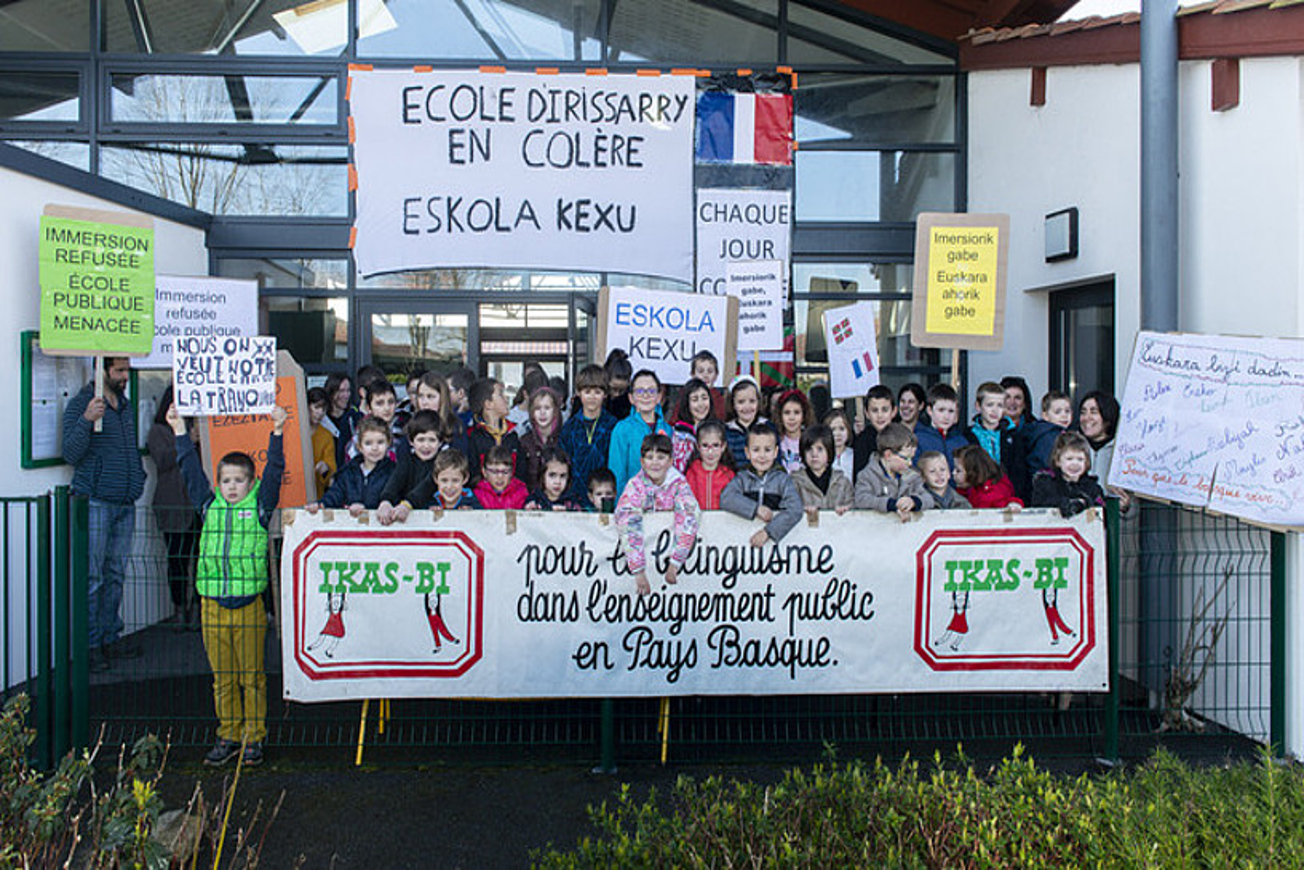 Protesta Irisarrin, eskola publikoan euskaraz aritzearen alde, martxoaren 20an. ©GUILLAUME FAUVEAU