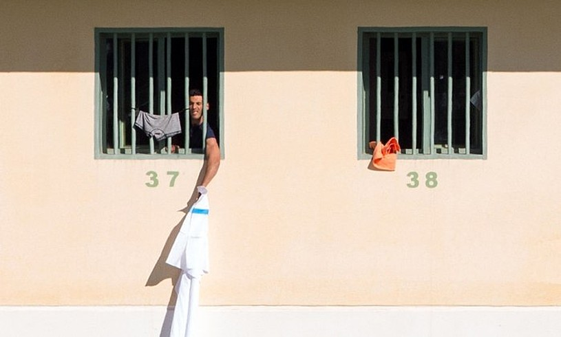 <b>Migratzaile bat, CIE zentro gisa egokitutako espetxe batean, Malagan (Espainia).</b> ©CARLOS DIAZ / EFE