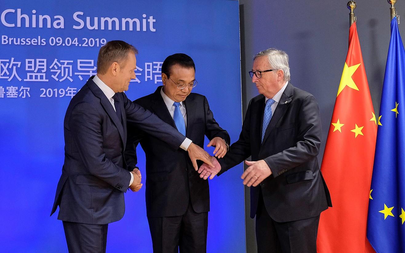 Donald Tusk, Li Keqiang eta Jean-Claude Juncker, atzo, Bruselan. ©O. HOSLET/ EFE
