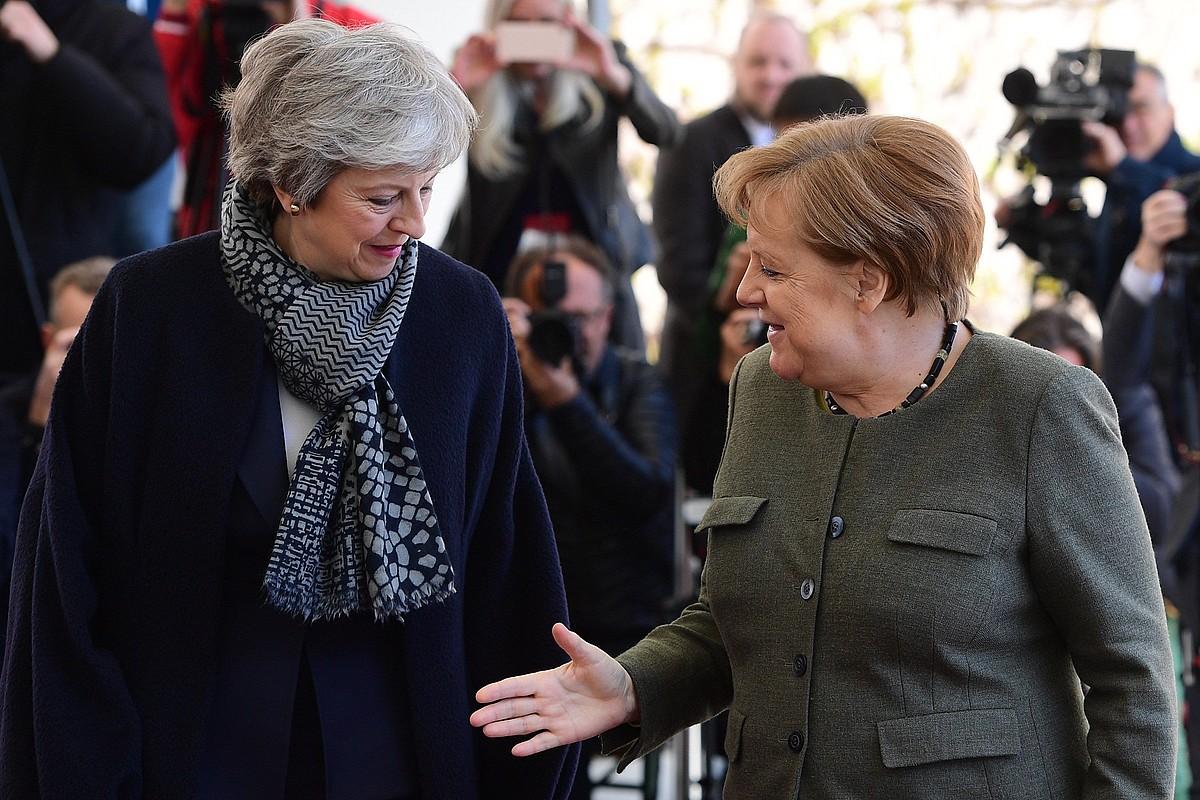 Theresa May Erresuma Batuko lehen ministroa eta Angela Merkel Alemaniako kantzilerra, atzo, Berlinen, bien arteko bilera hasi aurretik. ©CLEMENS BILAN / EFE