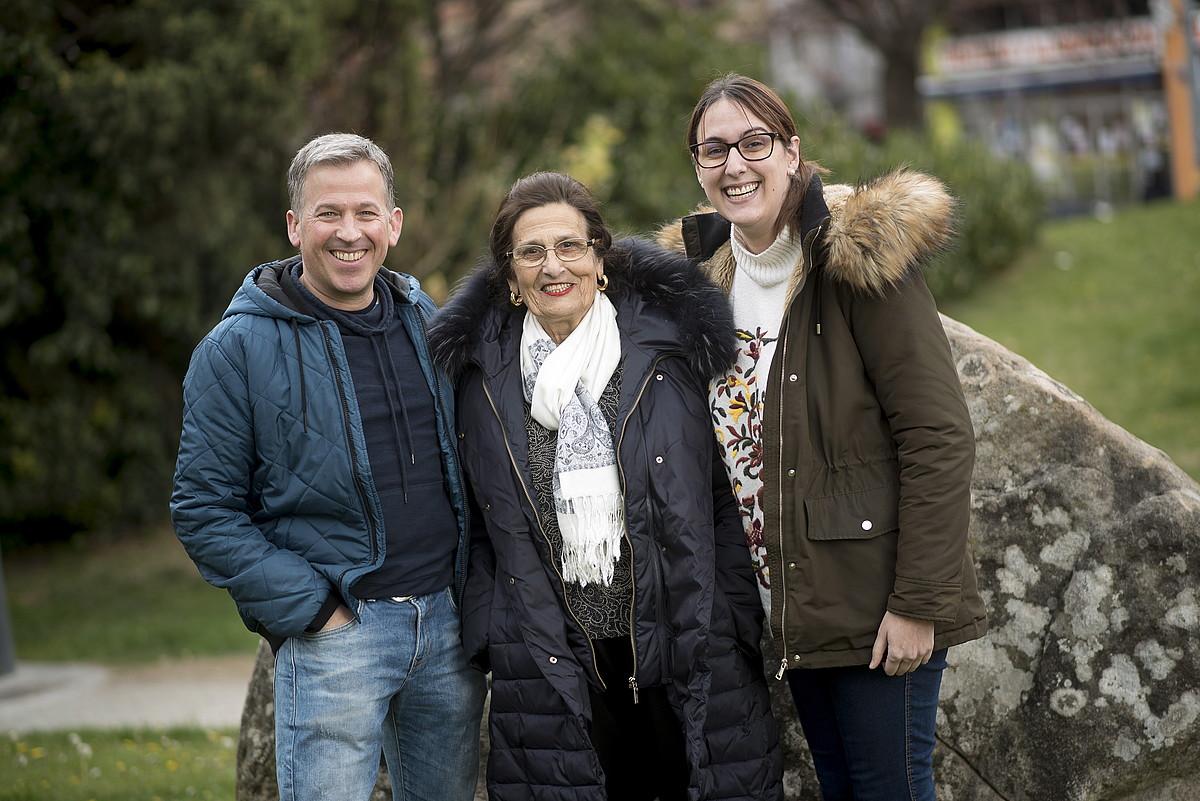 <b>Hiru belaunaldi. </b>Alberto Asin, Agustina Cerillo eta Stephanie Crespo Nafarroako Bumeran Australia elkarteko kideak.