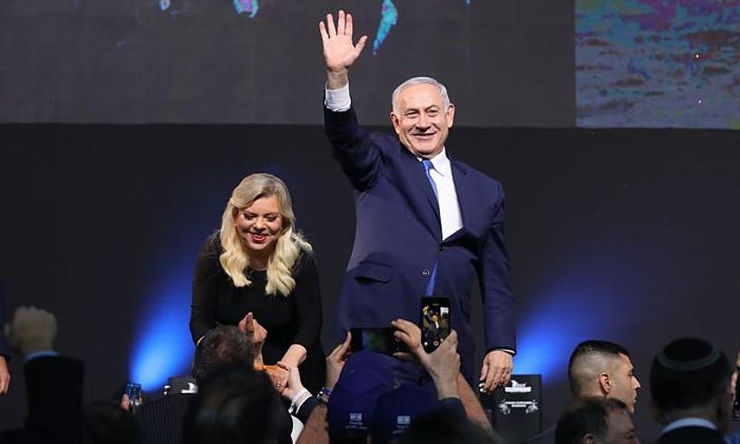 Benjamin Netanyahu lehen ministroa eta Sara Netanyahu emaztea hauteskundeen emaitzak ospatzen, herenegun, Tel Aviven. ©ABIR SULTAN / EFE