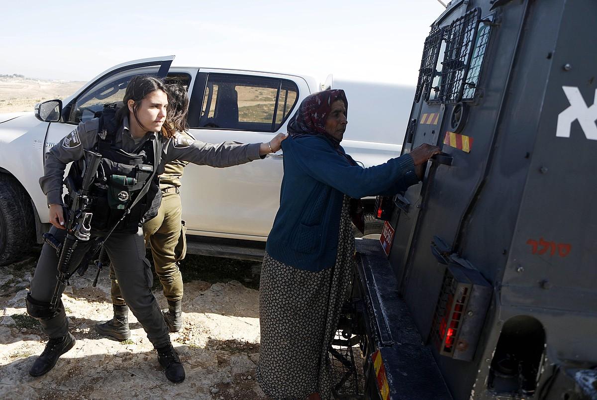 Israelgo soldadu bat palestinar bati jazartzen, Hebronen. ©ABED AL HASHLAMOUN / EFE