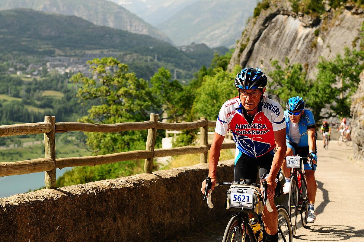 Angel Toña, bizikletan, Quebrantahuesos proban parte hartu duen aldietako batean. ©ANGEL TOÑA
