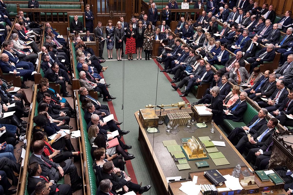 Komunen Ganbera, atzoko saioan. Theresa May lehen ministroa eskuinean dago, diputatuei hizketan. ©JESSICA TAYLOR / EFE