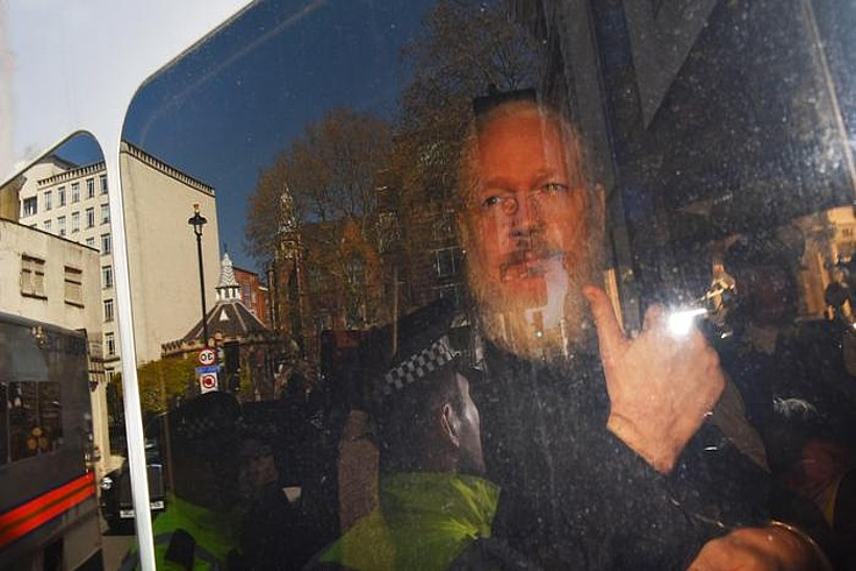 Julian Assange Wikileaks webgunearen burua Poliziaren ibilgailu batean auzitegira iristen, atzo, Londresen. ©STRINGER / EFE