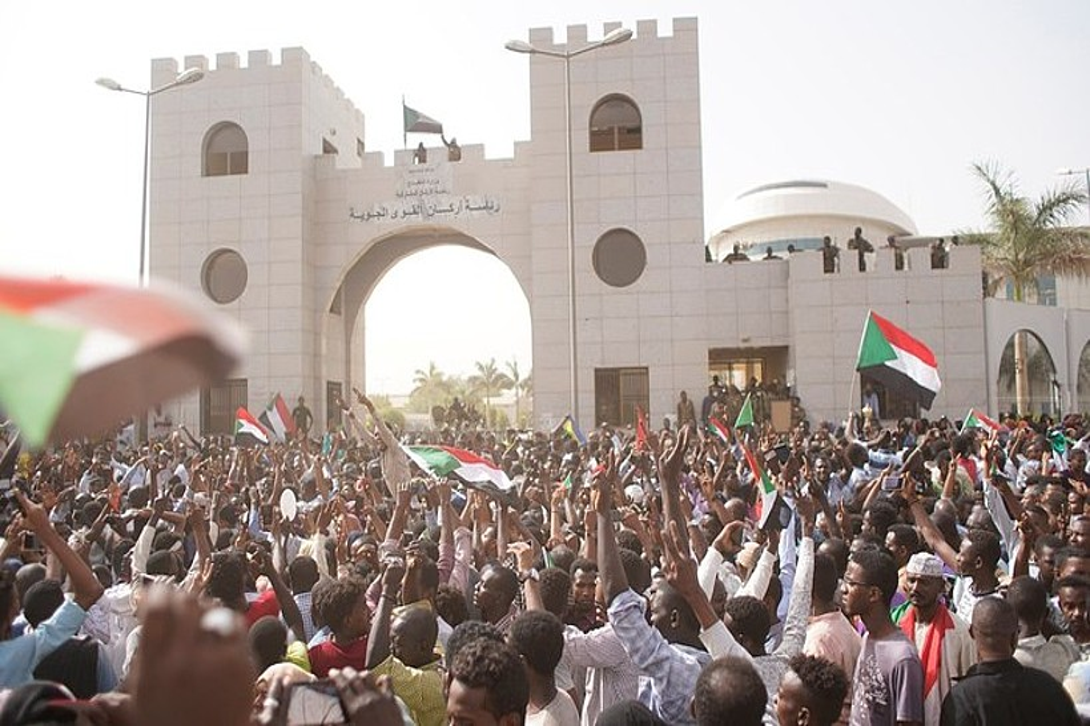 Protestak eta ospakizunak militarren egoitzaren sarreran, atzo, Khartumen. ©EFE