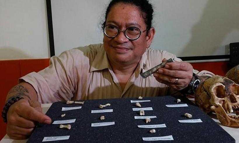 Armand Mijares arkeologoa <em>Homo luzonensis</em> espeziea aurkezten, atzo, Filipinetako Quezon hirian. &copy;ROLEX DELA PENA / EFE