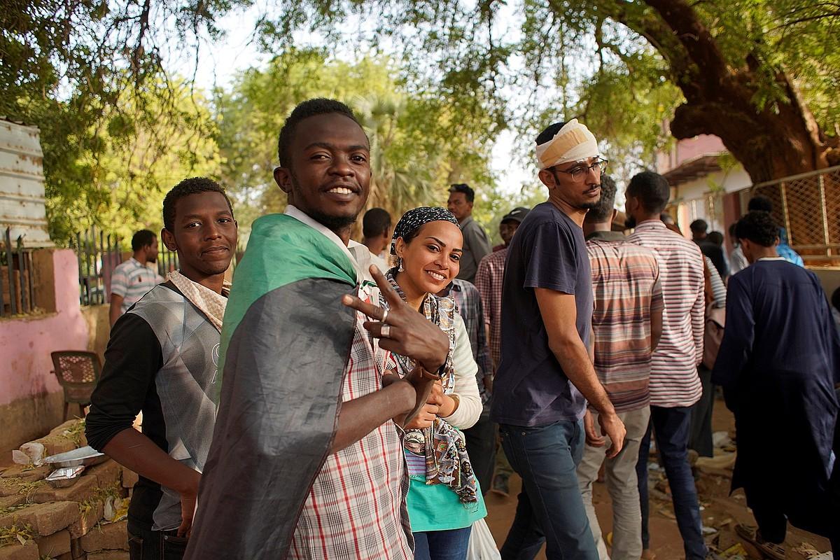 Hainbat pertsona, atzo Sudanen egindako protesta batean. ©EFE